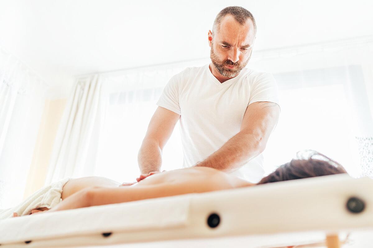 Soustředěný masér při klasické masáži zad